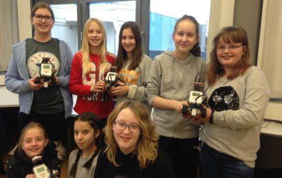 Die IT-Girls lassen die Roboter tanzen