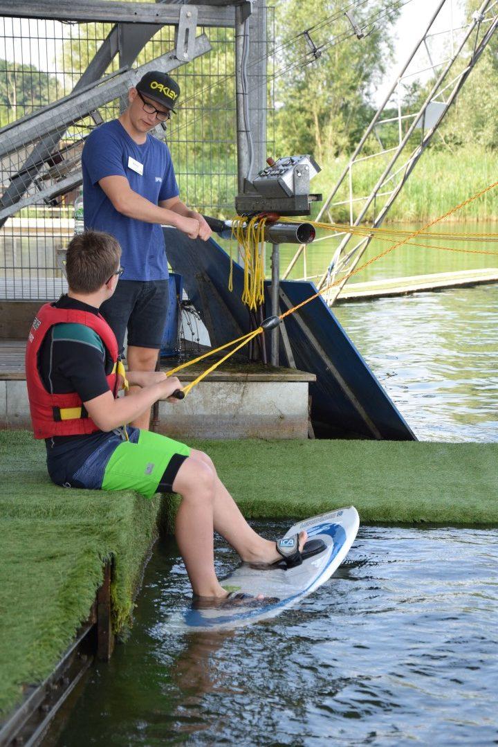 Schüler in Verantwortung auf Wasserski